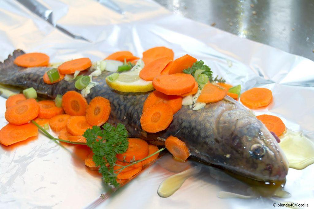 Roher Bachsaibling mit Zitrone und Karotten